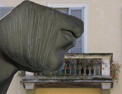 Elena Bonagamba 026, Opera di Mitoraj in Piazza Carmine