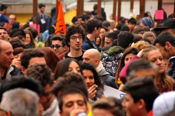 erano centinaia i ragazzi in piazza capuana