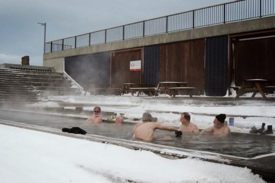"""Après le bain glacé, le bain chaud avec les copains ou les collègues. C'est un peu le """"café du commerce"""""""