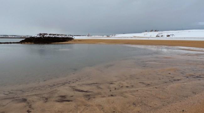 Dans cette anse, l'eau et la plage sont chauffées par géothermie