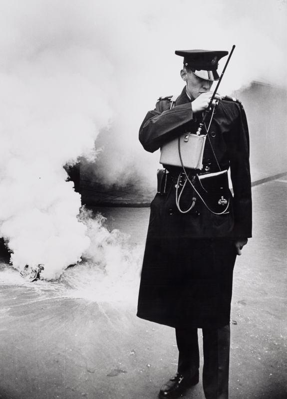 Agent voor rookbom bij huwelijk Beatrix en Claus, Amsterdam, 1966 - Foto Hans Wöhlken / Stadsarchief Amsterdam