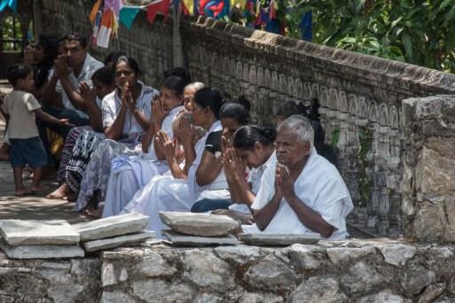 Pilger am Gadaladeniya Tempel