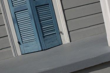 Colores que complementan al gris en el exterior de una casa