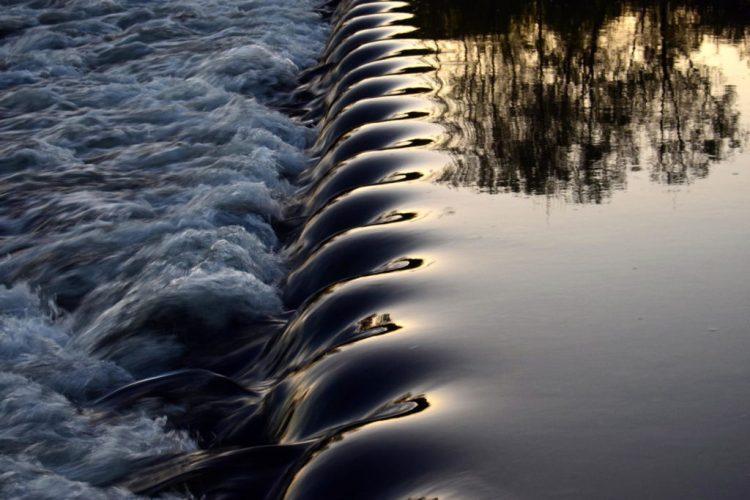 Ressaut sur une rivière formant une belle ondulation de l'eau