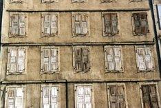 Façade de volets en bois au Puy-en-Velay