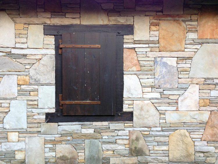 Mur de pierres et volet en bois au Pays Basque