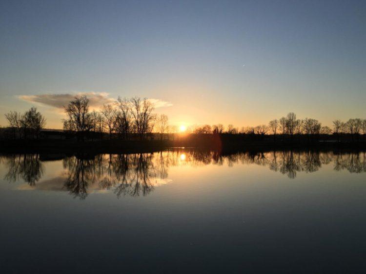 Coucher de soleil hivernal sur un lac calme