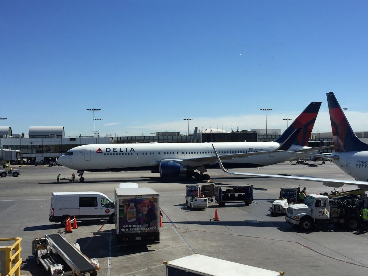 Review of Delta Air Lines flight from Los Angeles to New York in Economy