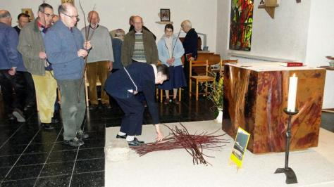 Célébration Eucharistique autour de la Croix que nous constituons avec nos rameaux