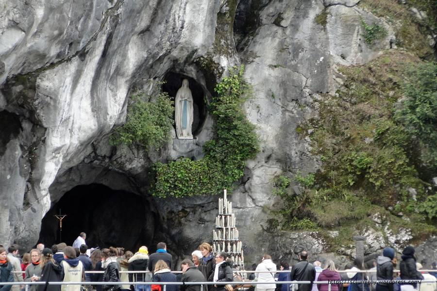 Un dernier temps de prière à la grotte...
