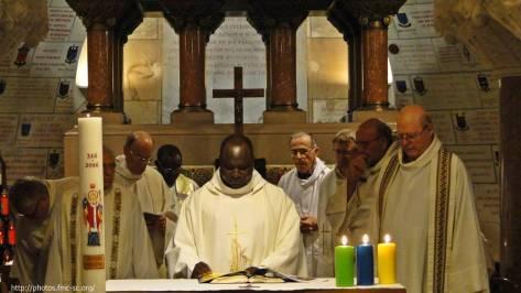 Célébration dans la crypte de la basilique st Martin