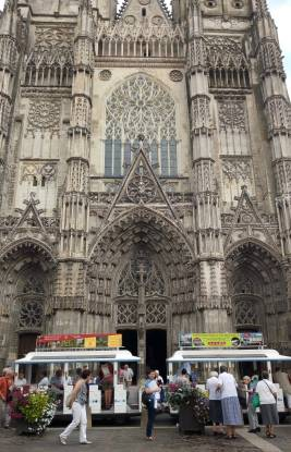 Avec un arrêt à la cathédrale