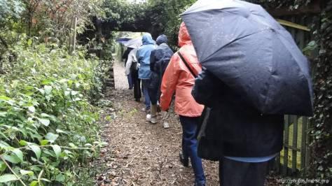 La visite commence sous la pluie
