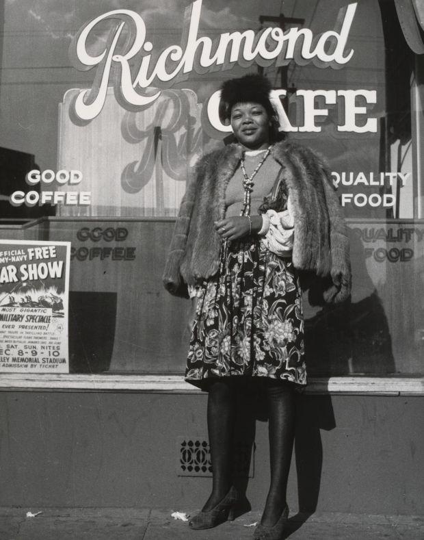 Richmond, Califórnia. 1942.  Impressão de prata em gelatina, 7 3/8 x 6 5/8 ″ (18,8 x 16,9 cm). Dorothea Lange. Museu de Arte Moderna de Nova York