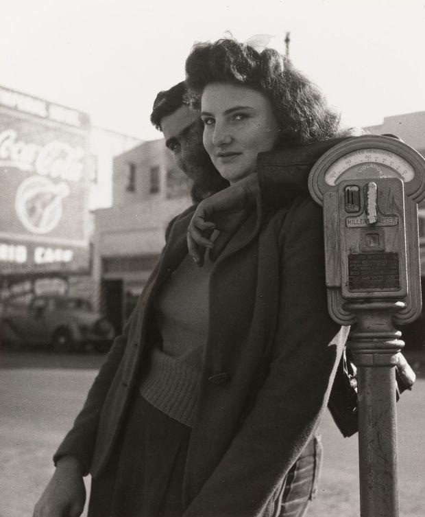 Richmond, Califórnia. 1942.  Impressão de prata em gelatina, 7 3/8 x 6 5/8 ″ (18,8 x 16,9 cm).Dorothea Lange. O Museu de Arte Moderna de Nova York