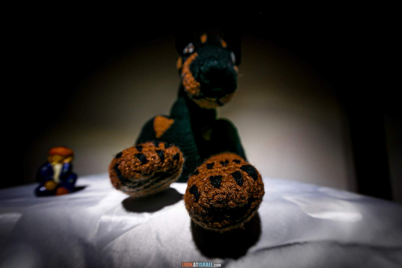 Вязанная игрушка доберман Кибрай | Knitted toy doberman | LookAtIsrael.com - Фото путешествия по Израилю