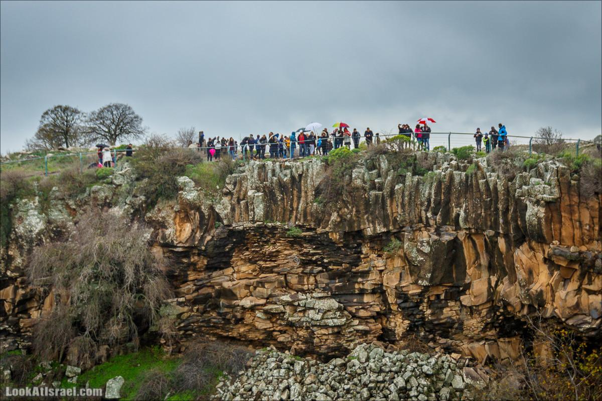 Стена шестиугольников у водопада Аит, Голанские высоты - водопады и исторические места   LookAtIsrael.com - Фото путешествия по Израилю
