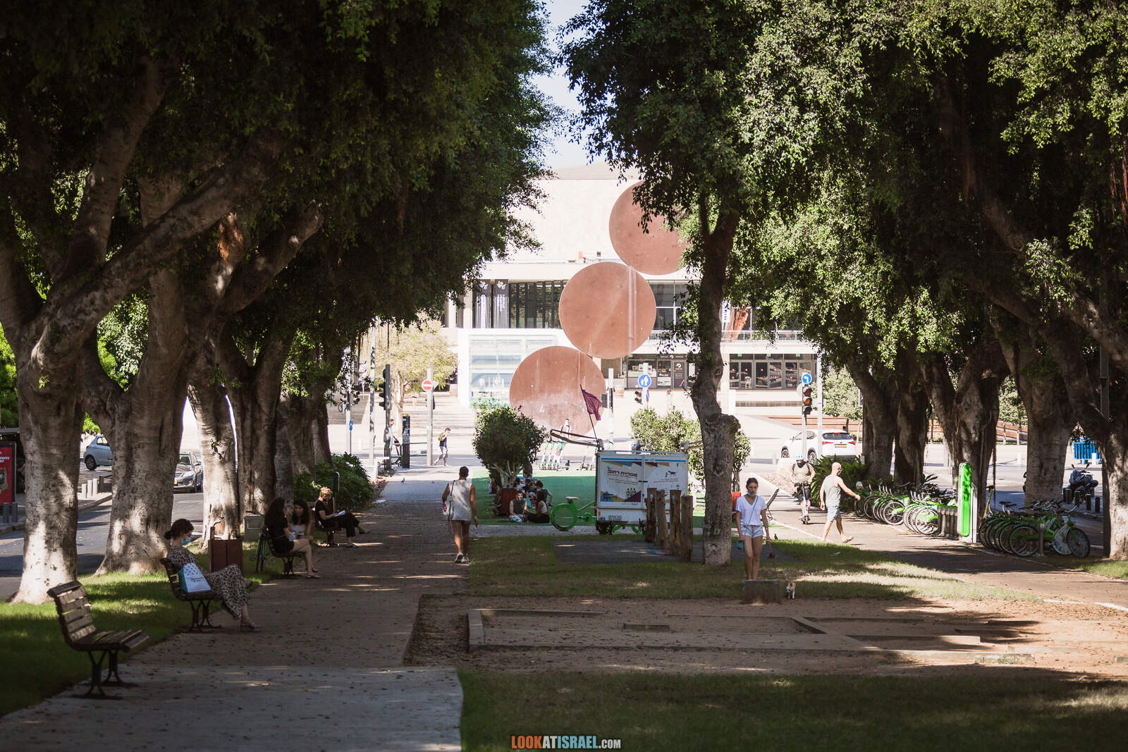 Тель-Авив, бульвар Ротшильд и театр Габими во время карантина   Lockdown on beaches of Tel Aviv   LookAtIsrael.com - Фото путешествия по Израилю
