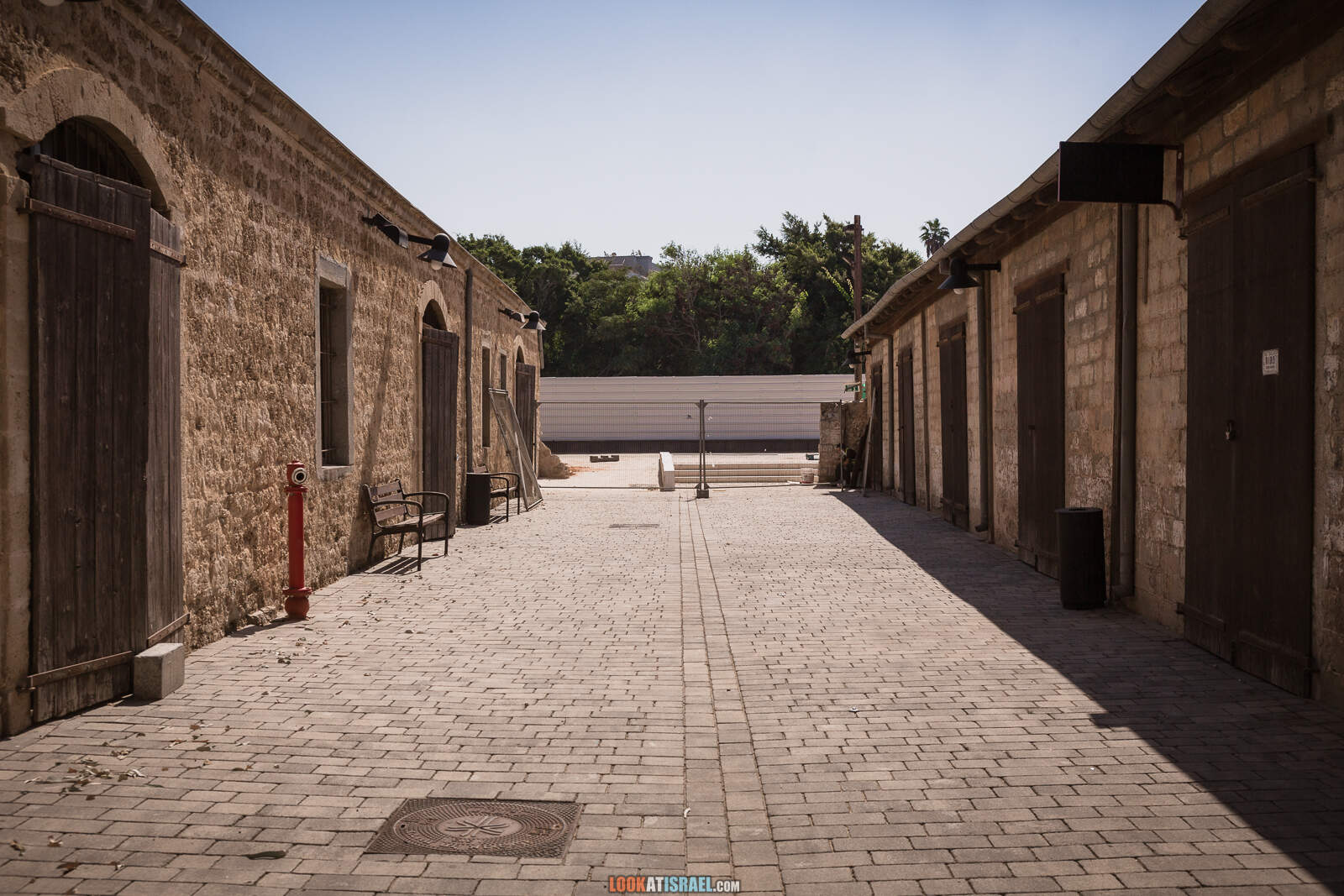 Тель-Авив, железнодорожная станция Ха-Тахана во время карантина | Lockdown on beaches of Tel Aviv | LookAtIsrael.com - Фото путешествия по Израилю