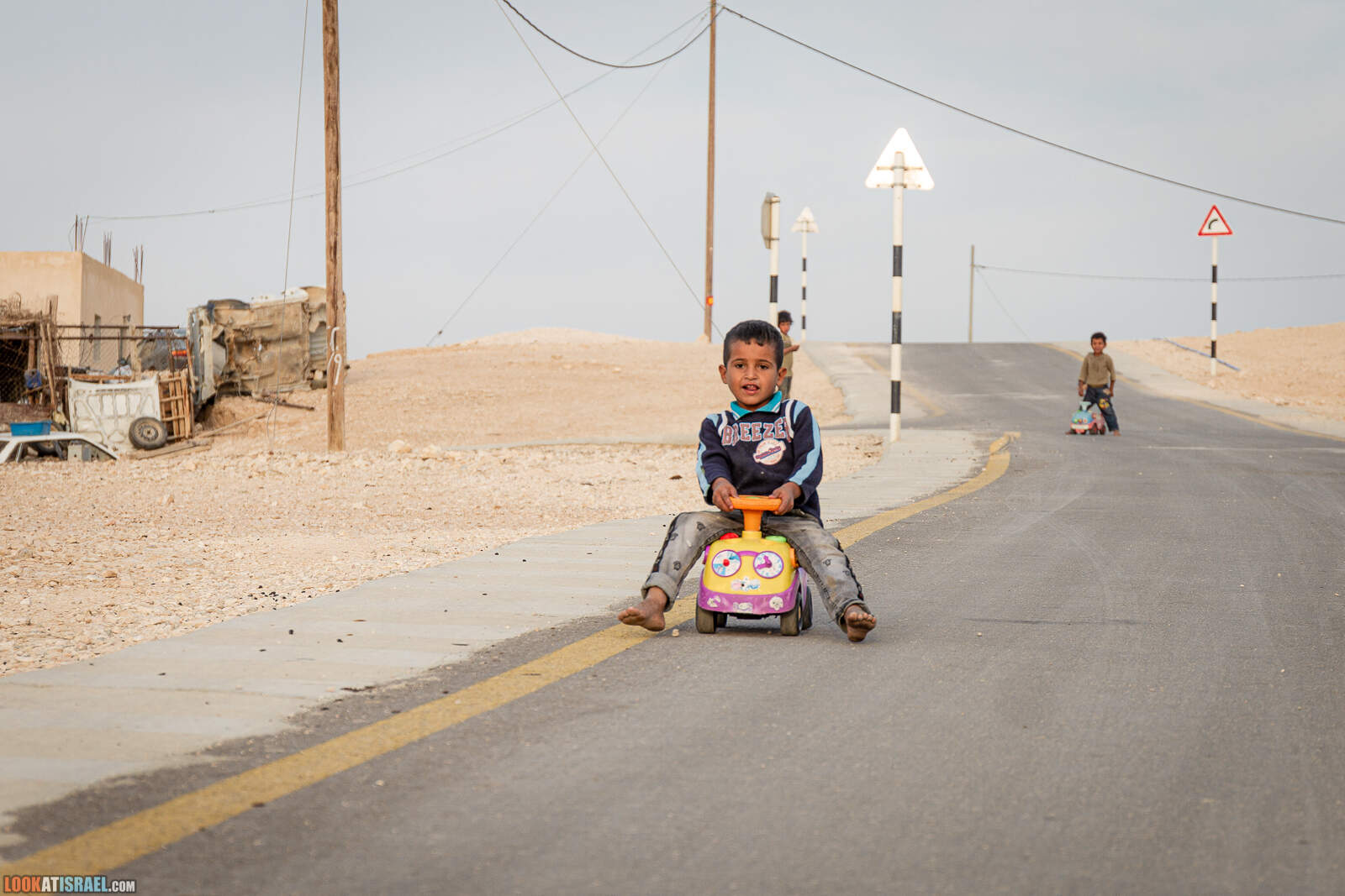 Дети в бедуинском поселке | LookAtIsrael.com - Фото путешествия по Израилю