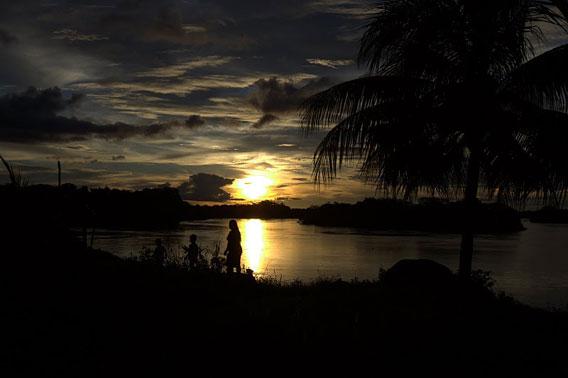 El Río Xingu en la puesta de sol. Foto cortesía de Amazon Watch.