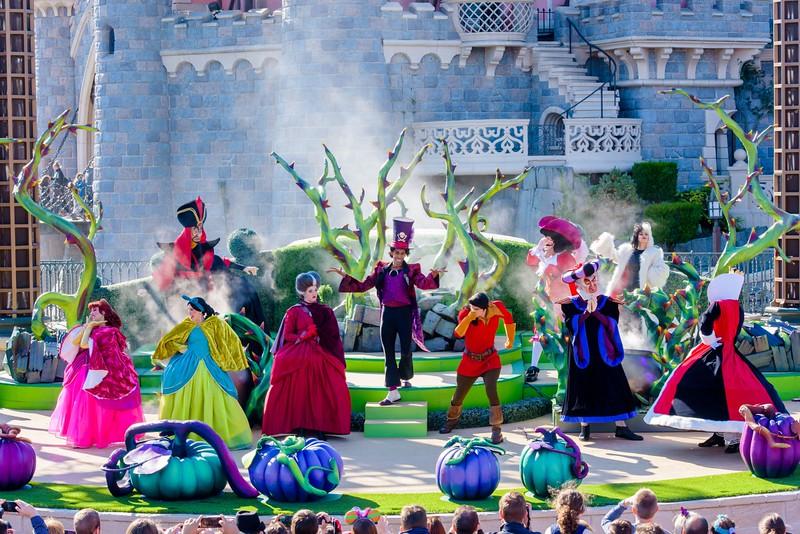 Halloween Disney Villains.Disneyland Paris Celebrates Halloween With Disney Villains Castle