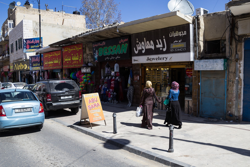 Shopping in Madaba (©simon@myeclecticimages.com)