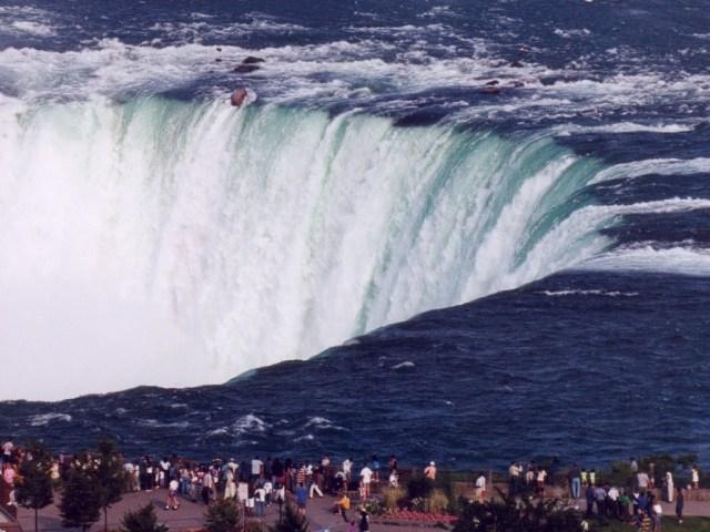 https://i0.wp.com/photos.pouryourheart.com/wp-content/uploads/2018/12/Niagara-Falls11.jpg?w=640