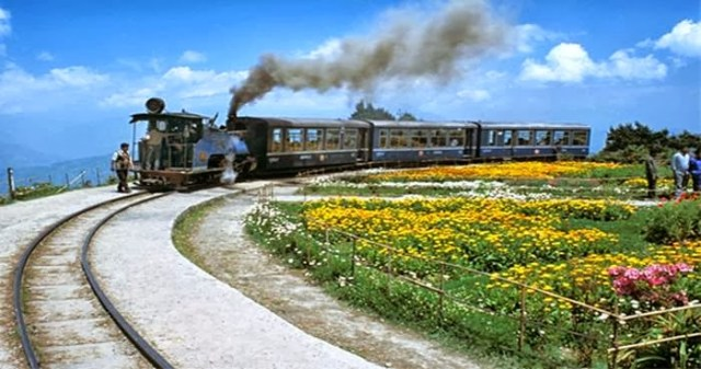 https://i0.wp.com/photos.pouryourheart.com/wp-content/uploads/2018/12/The-Darjeeling-Himalayan-Railway-—-India1.jpg?w=640