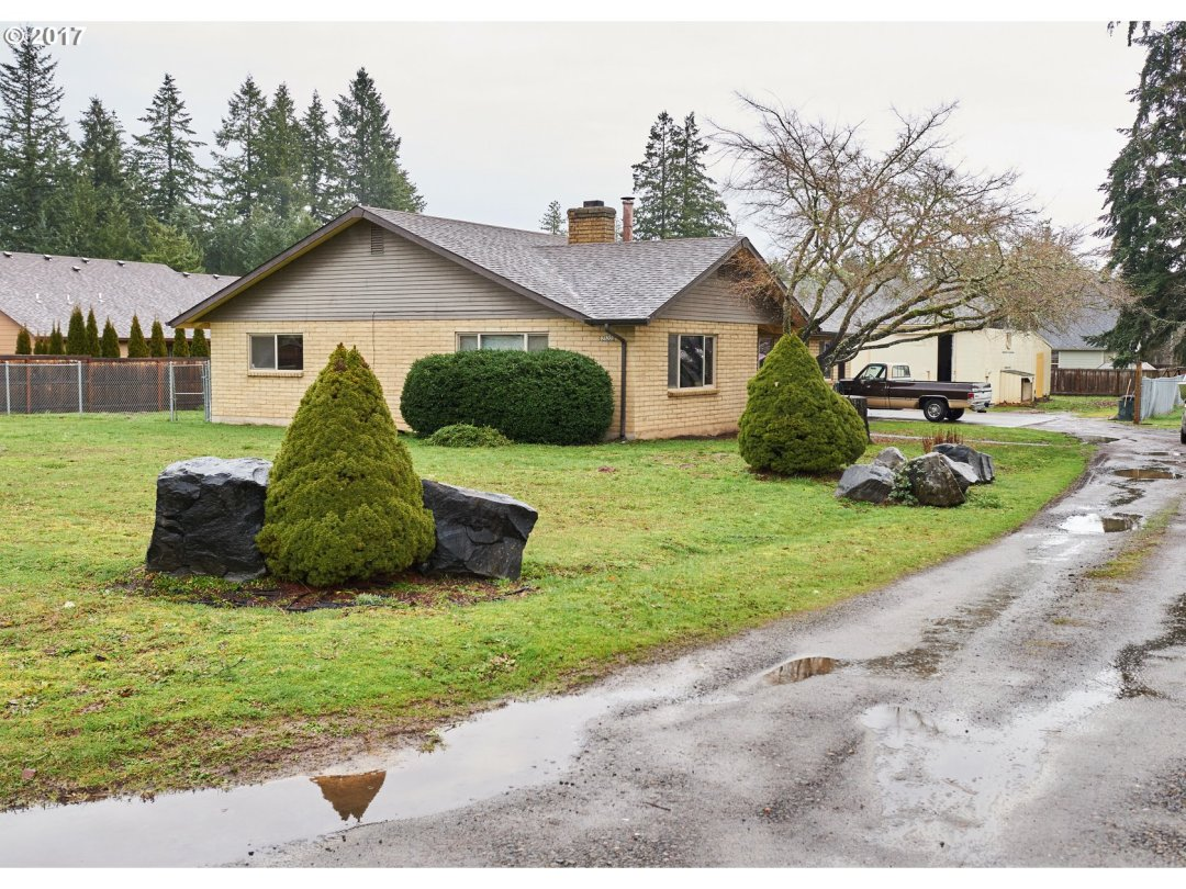Huge Lot with over 1800sqft home and a 3000sqft Shop.  Beautiful home in a great location of Veneta.  Shop offers endless possibilities-Home business, plenty of room for all your toys, etc... A rare find like this.  Truly a Must See!