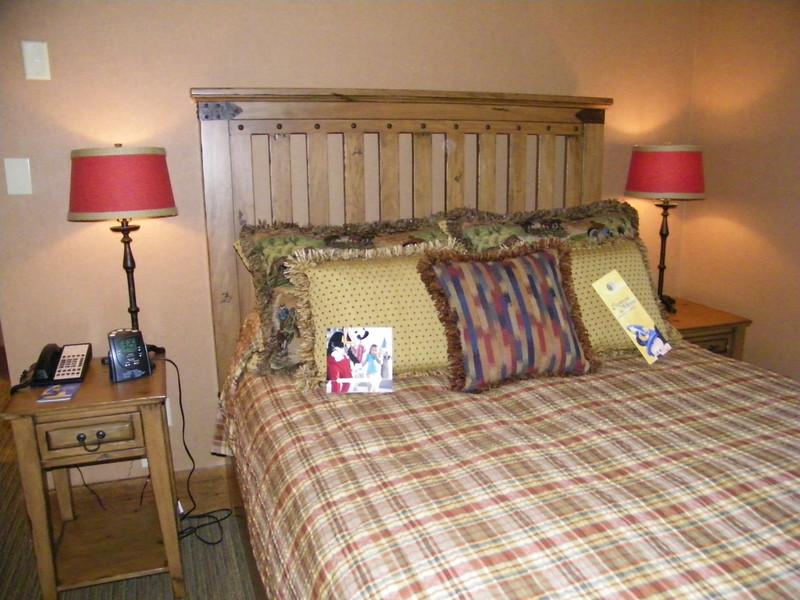 20110602_big_thunder_suite_disneyland_hotel_5_second_bedroom (10)