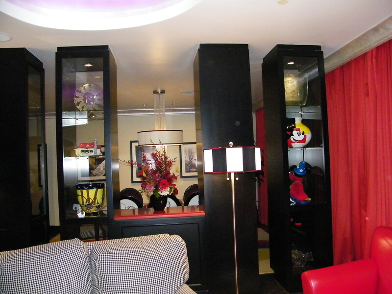 20110602_mickey_mouse_penthouse__disneyland_hotel_2_living_room (5)