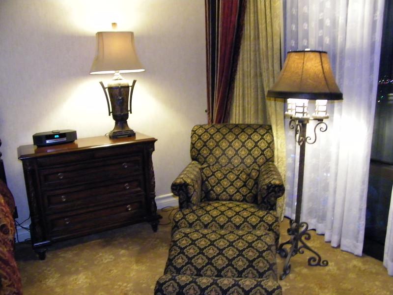 20110602 disneyland hotel pirates of the caribbean suite 3 bedroom 1 (5)