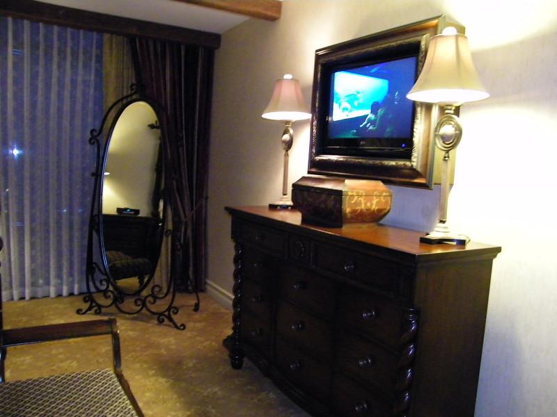 20110602 disneyland hotel pirates of the caribbean suite 3 bedroom 1 (3)
