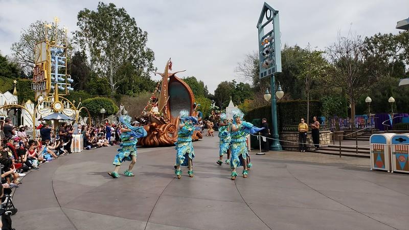 magic happens parade disneyland soft open (7)