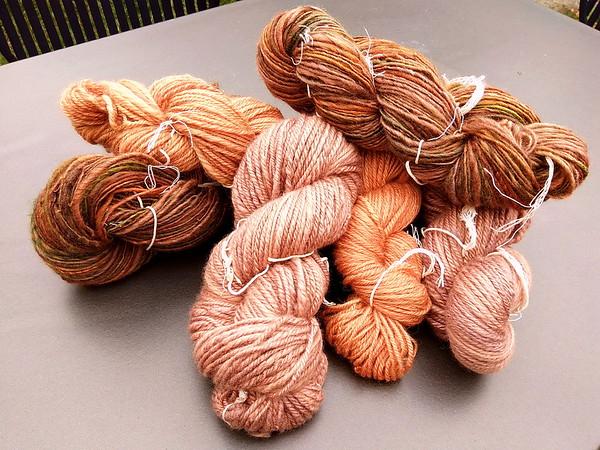 De stapel na een wasbeurt: De 'minder oranje' strengen uit de eerste solar dyeing-potten zijn nog minder oranje geworden!