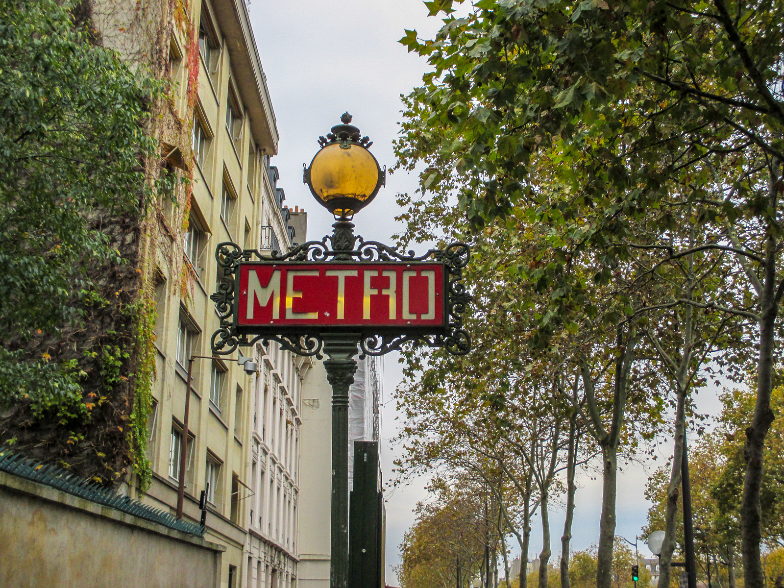 trying to see paris in 2 days? use the metro!