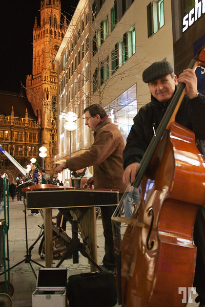 Winter holidays in Germany - Night music in the streets of Munich, Germany - München