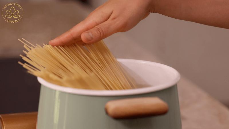 Summer Pasta with Zucchini Recipe Vegan - cook the pasta