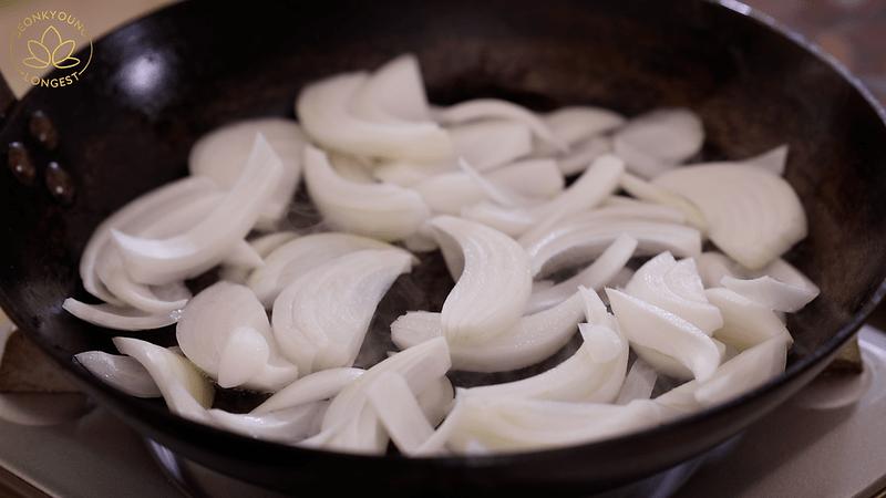 Vegan Spicy Eomuk Bokkeum Recipe, sauté onion