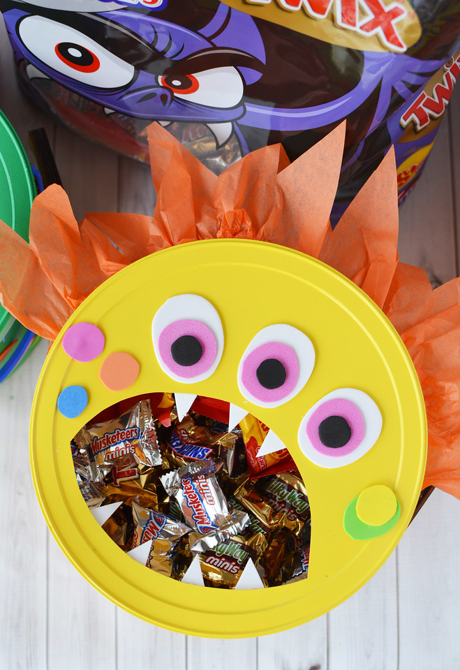 Ready to BOO your family, friends, neighbors, co-workers? Buy Mars candy in bulk at Sam's Club and make a BOO Candy Bucket! #ad #SpookySavings #BOOItForward