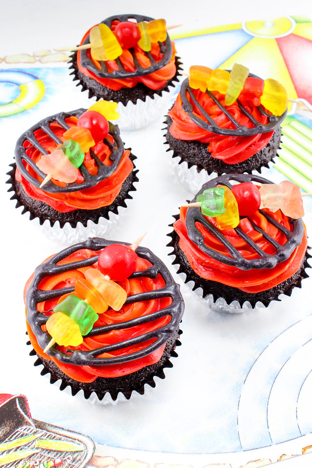 These Grill Cupcakes with Kabobs are wonderful and perfect for Father's Day or a summer BBQ party! Make/buy your cupcakes and have fun decorating! #recipe