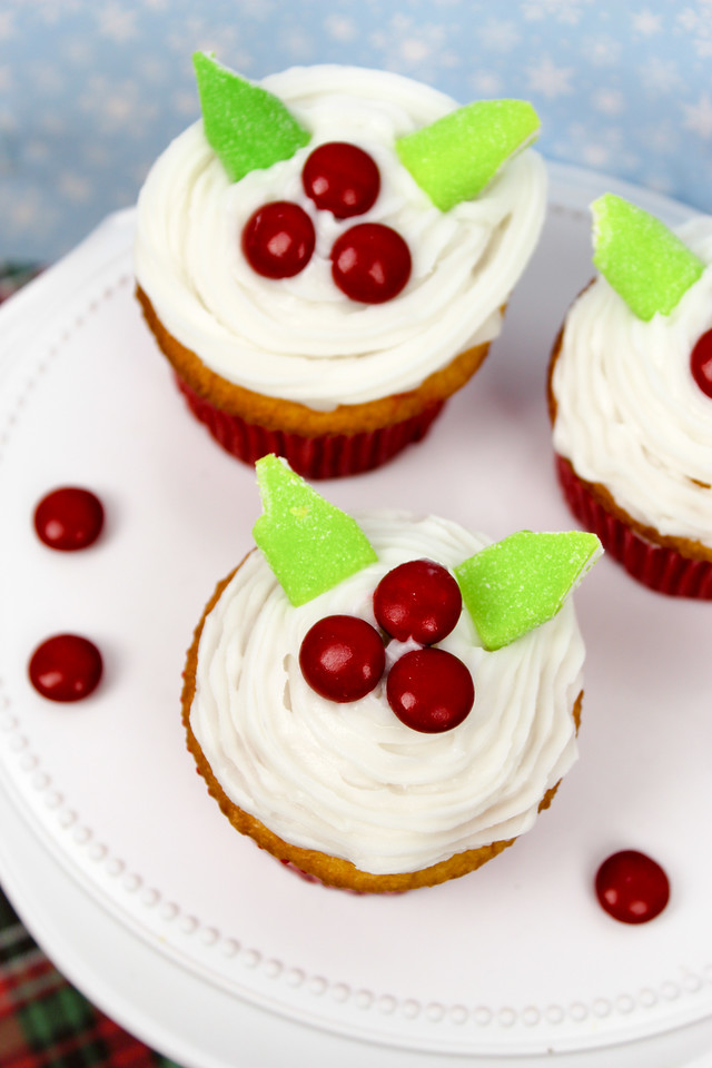 These mistletoe cupcakes are easy, delicious and festive! Make them for your holiday party at school, work, or at home. Bring them to any gathering! #recipe