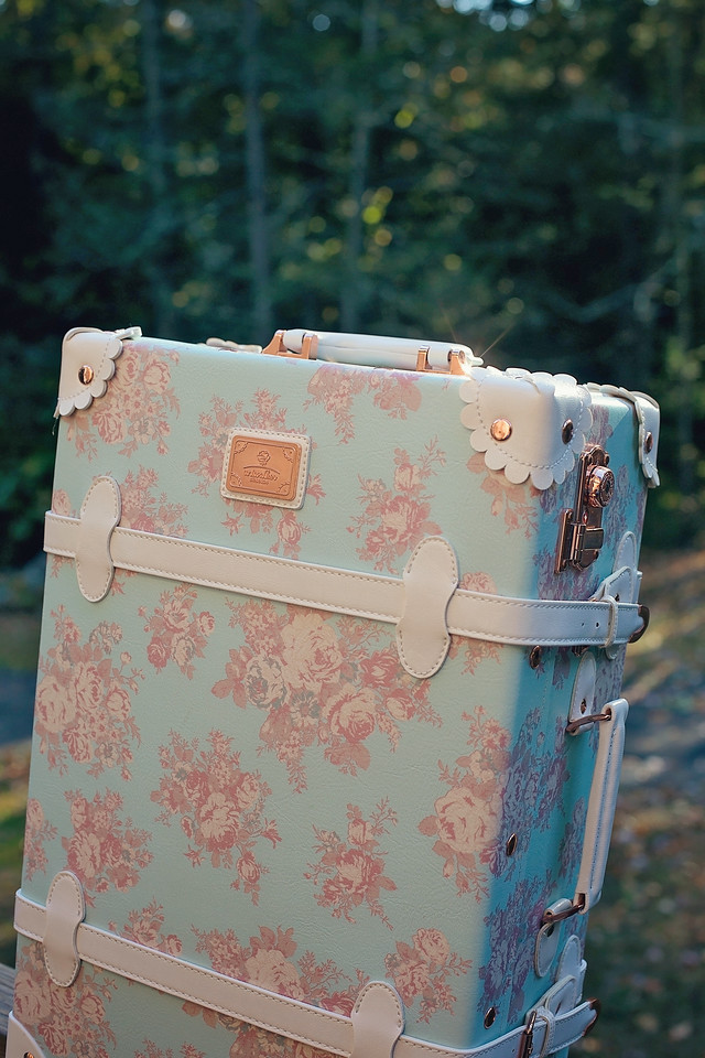 #ad Planning a fall or winter getaway? Whether it's a romantic weekend, a girls trip, a business trip, or a family trip, here's your fun packing list!