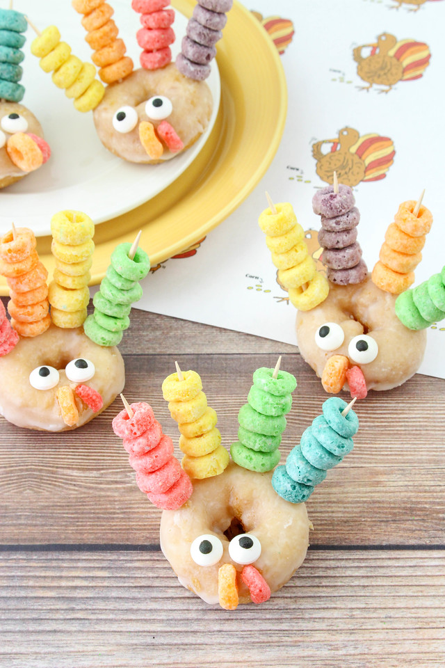 Calling all kids (and adults) at the Thanksgiving kids table! Thanksgiving food crafts are fun, and these donut turkeys use four ingredients and taste great