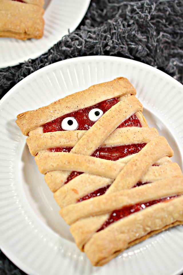 These Homemade Pop Tarts for Halloween are plenty spooky, plenty festive, and plenty perfect for Halloween. Delight your classmates, party guests, and kids!