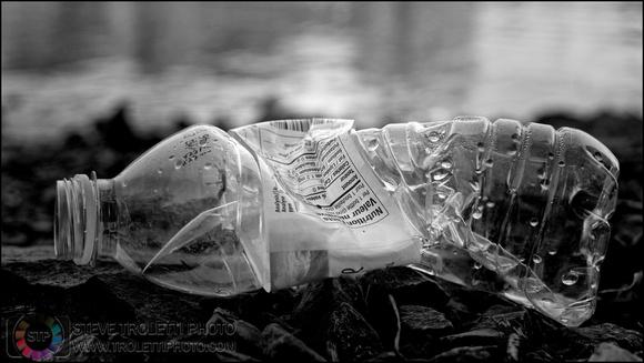 Steve Troletti Photography: PICTURE OF THE DAY / PHOTO DU JOUR &emdash; Plastic Bottle Dumped by River Bank / Bouteilles en plastique jetés près de la rivière