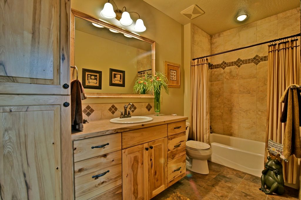 Rustic Full Bathroom With Raised Panel & Ceramic Tile In