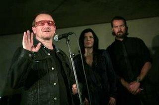 Bono, Ali Hewson y Rogan Gregory
