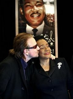 Bono y Coretta Scott King